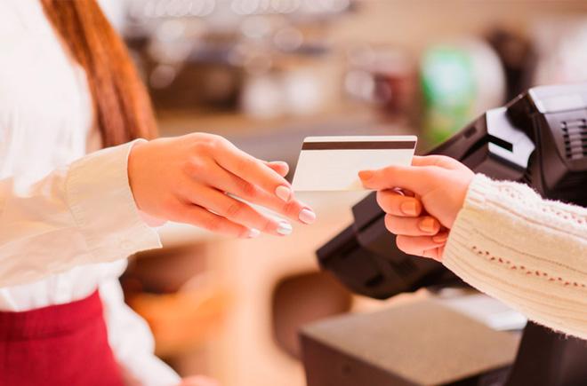 """Клиенты """"Привата"""" чаще всего рассчитываются карточками за продукты"""