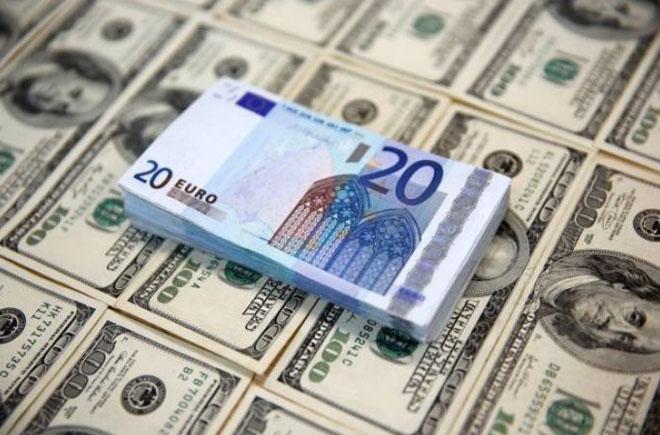 Курс валют 27 августа: доллар падает, евро растет