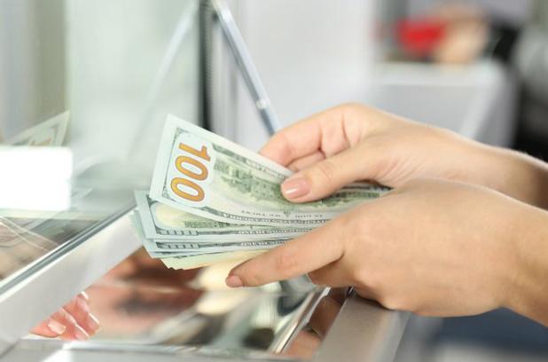 Украинцы купили больше валюты, чем продали