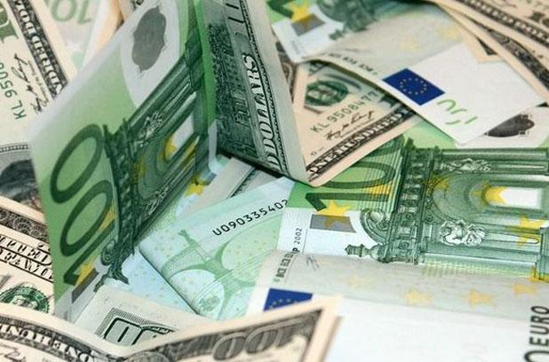 Объем продажи валюты третий месяц превышает объем покупки